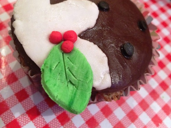 leaf and berries sprig on christmas pudding cupcake recipe